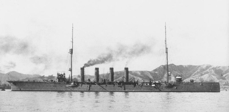Japanese_cruiser_Yahagi_1916.jpg
