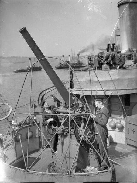 76_mm_gun_on_ORP_B%C5%82yskawica_1940_IWM_A_672.jpg