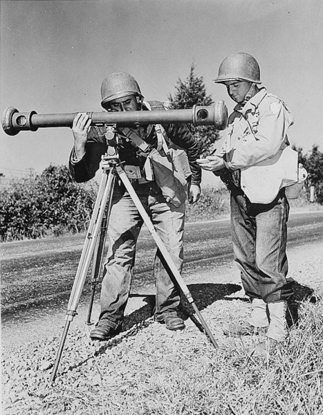 American_soldiers_use_a_coincidence_rangefinder.jpg