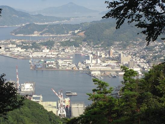 Port_of_Kure_seen_from_Yasumi-yama.jpg