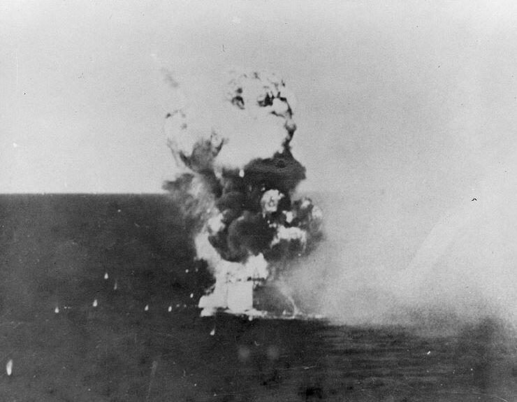 Kamikaze_hits_USS_Columbia_(CL-56)_in_Li
