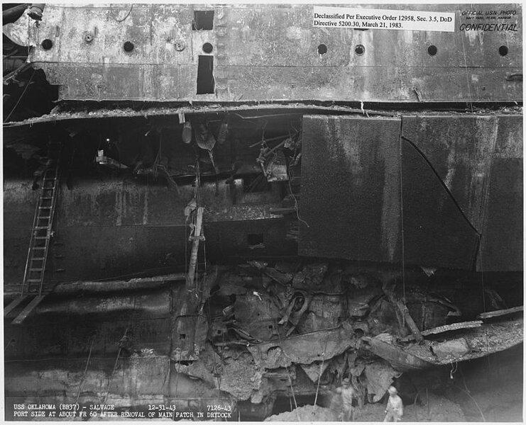 800px-USS_Oklahoma_(BB37)-_Salvage,_12-3