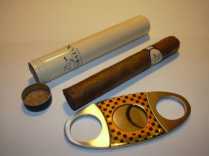 1280px-Cigar_tube_and_cutter.jpg
